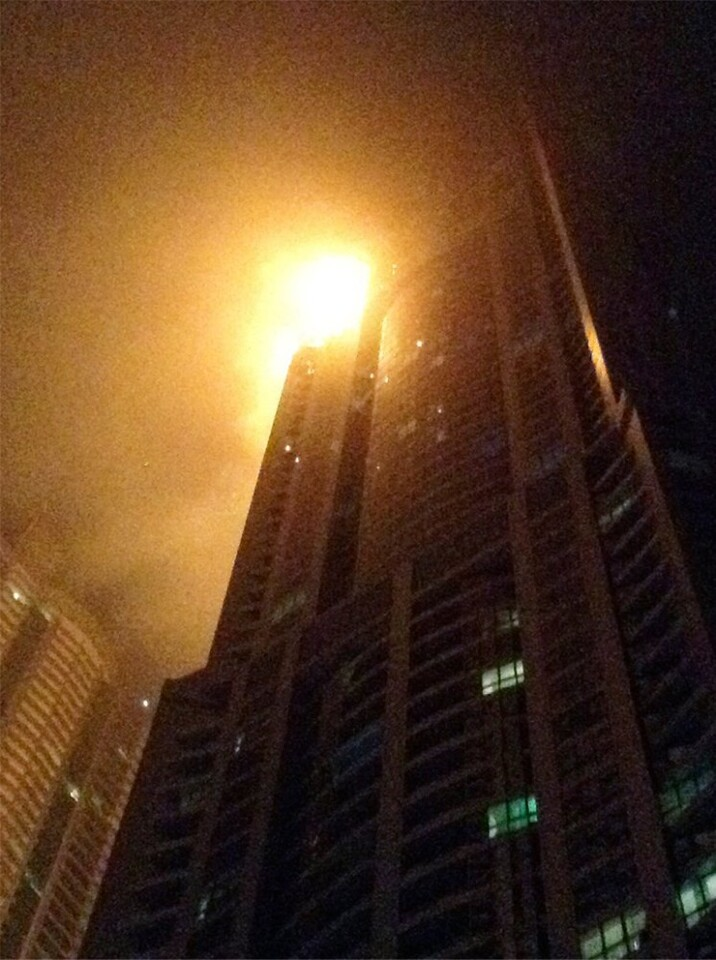Ardió el rascacielos La Antorcha en Dubai hay cientos de evacuados (2)