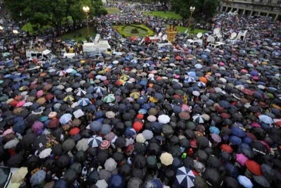 Bajo la lluvia la multitud no dudo en salir a la calle para sumarse a la manifestación. (Foto-AP)