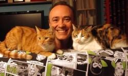 Carlos Aguilar acopañdo por sus gatas Viridiana y Tristana.