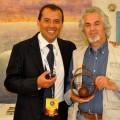 Carmelo Viudez recoge su premio como ganador.