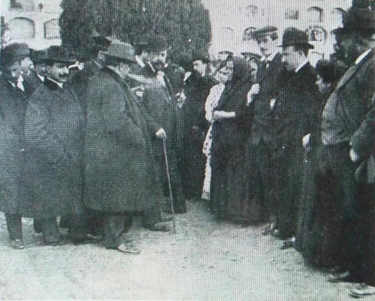 Caso Conchita Ramírez. El juez tomando declaración en el cementerio. 1913. A. P. R. S.