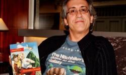 David Roa con un ejemplar de su libro en la mano.