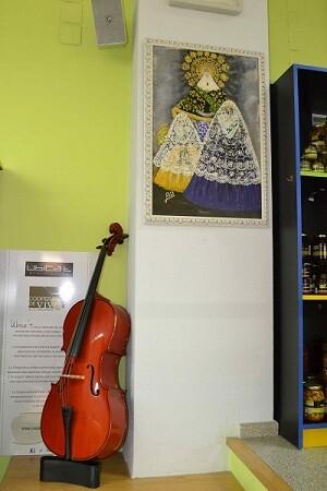Detalle de la exposición en la librería Babel de Castellón.