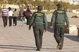 Dos agentes de la Guardia Civil vigilan las playas.