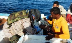 """El Buque de Acción Marítima """"Rayo"""" auxilia a pescadores en la Cuenca de Somalia (2)"""