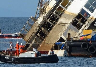 El Costa Concordia semihundido frente a las costas italianas. (Foto-AFP)