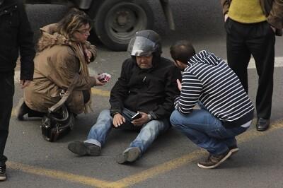 El conductor de la moto puede moverse tras el impactó. (Foto-Valencia Noticias)