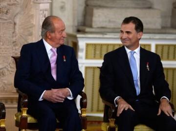 El exmonarca Juan Carlos junto a su hijo, el rey Felipe VI. (Foto-AFP)