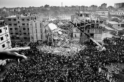 Espectacular toma de Rahul Talukder sobre el la aglomeración de personas en torno a un edificio en ruinas.