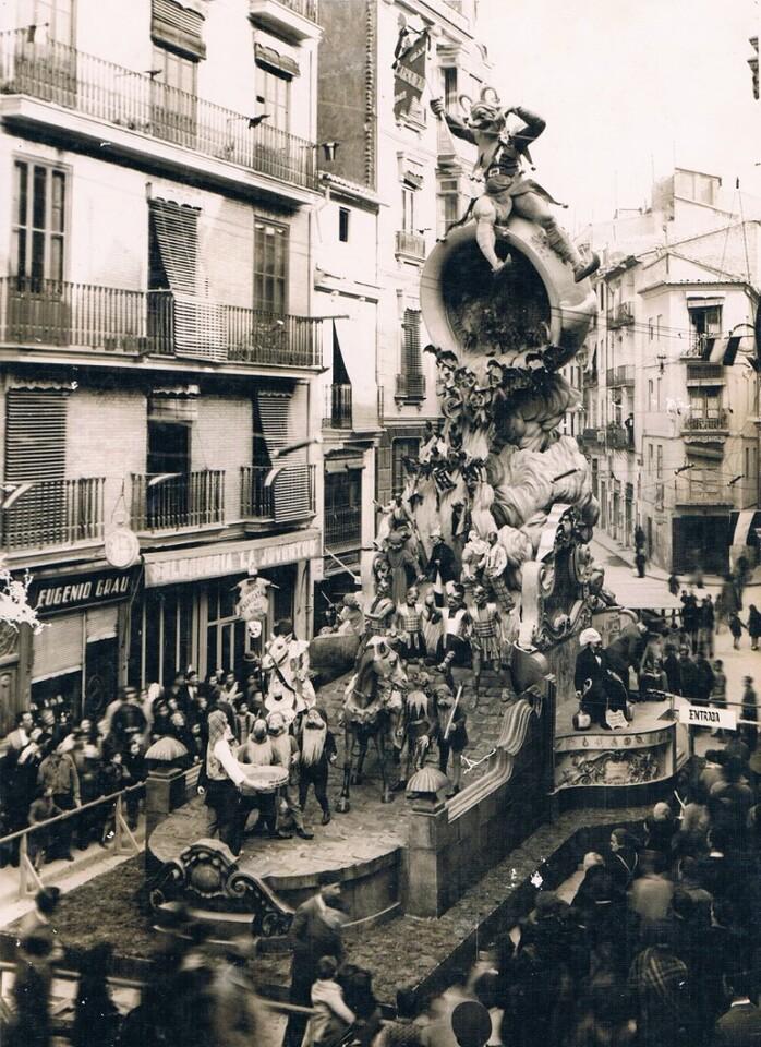 Falla plaça Sant Jaume en 1944. Foto del patrimonio de Rafael Solaz que podrá versen en la exposición.