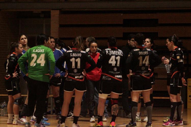 Susana Pareja insufló en sus jugadoras la garra y el coraje de las mejores tardes para intentar llevarse el partido.