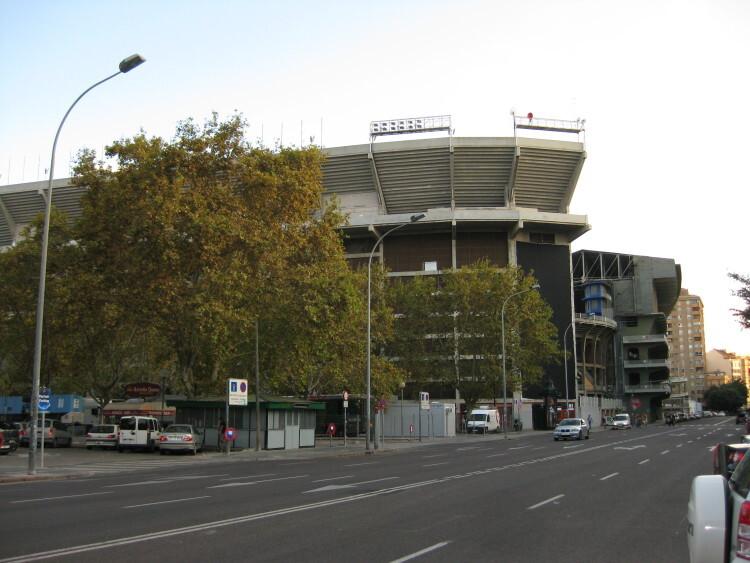 Entorno de Mestalla. En primer término, a la izquierda, emplazamiento habitual del rastro de Valencia. Foto: Javier Furió