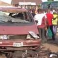 Imagen de un coche destruído tras la exploción. (Foto-Agencias)