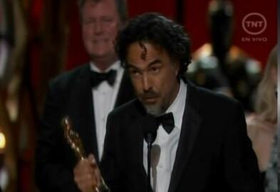 Imagen tomada de la televisión donde Iñárritu muestra su entusiasmo por el premio obtenido.