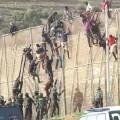 Inmigrantes subsaharinaos saltando la valla. (Foto-RTVE)