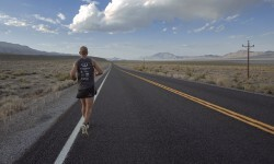 Isra García en su recorrido en solitario en una carretera sudafricana.