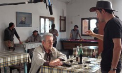 Javier Rebollo dándole indicaciones a José Sacristán durante un rodaje.