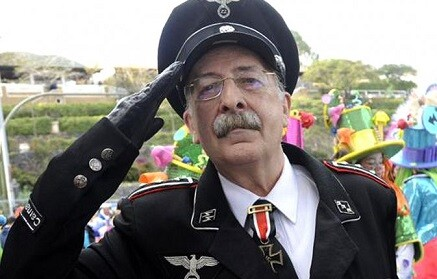 Juan José Gaztañazatorre, vestido con el traje de un oficial nazi.