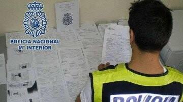 La Policía recogió material y documentación  falsificada.