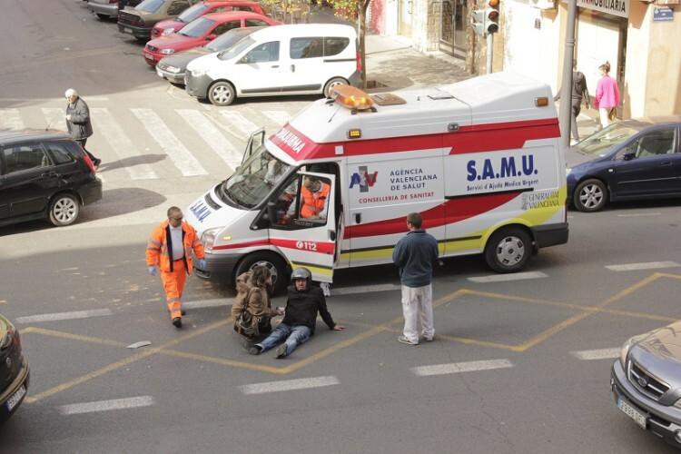 La ambulancia llega para atender al motorista acidentado. (Foto-Valencia Noticias)