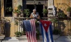 La bandera americana y cubana juntas en el balcón de una casa en La Habana. (Foto-Agencias)