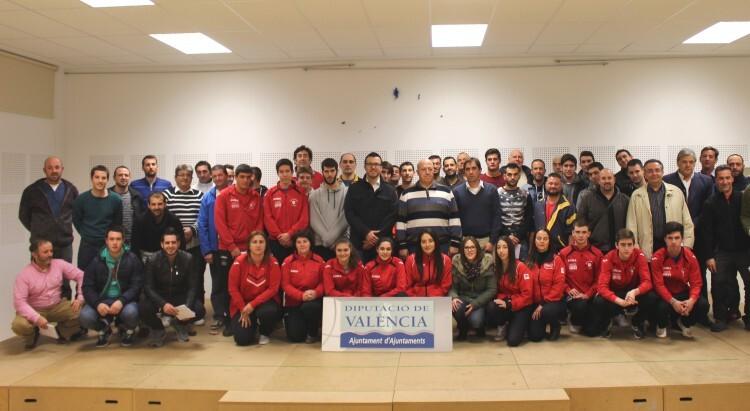 La foto de familia en Gavarda con los clubes de raspall participantes en el Diputación 2015 (1)