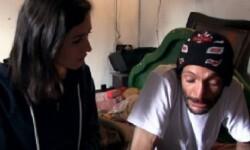 La periodista Alejandra Andrade habla con un español residente en Medellín.