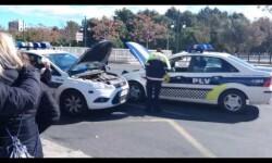 La policía local de Valencia en apuros, coche sin bateria, haciendo el puente