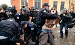 Las mujeres de Femen atacaron desnudas a Strauss-Kahn (3)