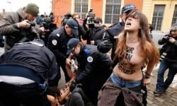 Las mujeres de Femen atacaron desnudas a Strauss-Kahn (4)