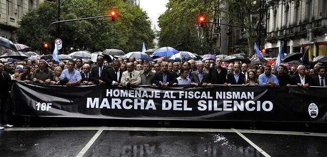 Los fiscales convocantes encabezaron la marcha con una bandera negra. (Foto-AFP)