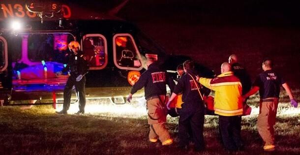 Los servicios médicos trasladan a uno de los heridos en helicóptero.  (Foto-Agencias)