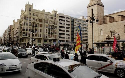 Más de 1.000 taxis recorrieron el crentro de la ciudad provocando una enorme colapso. (Foto-Valencia Noticias)