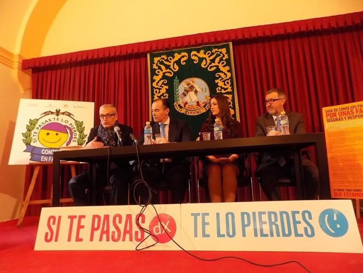 Vicente Pizcueta toma la palabra, sentado en la mesa junto al conseller de Sanitat, Manuel Llombart, la Fallera Mayor de Valencia, Estefanía López, y el secretario general de la Junta Central Fallera, José Luis Vaello.