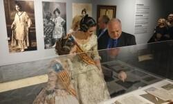 María Donderís, Estefanía López y Rafael Solaz contemplan una de las vitrinas de la exposición.