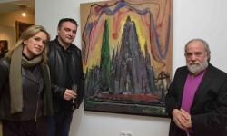 Melchor Zapata (dcha) con una de sus obras en la muestra.