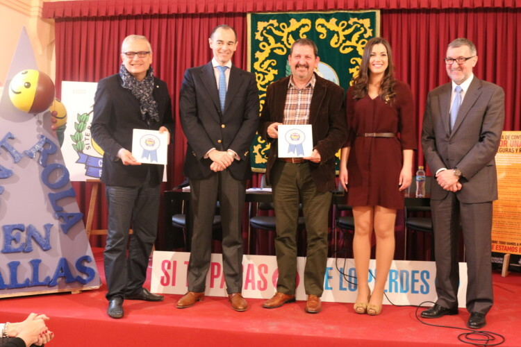 Los representantes de Controla Club, Conselleria de Sanitat y JCF posan junto a uno de los ganadores de 2014.