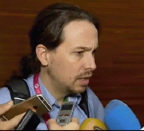 Pablo Iglesias rodeado de periodistas. (Foto-Agencias)