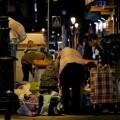 Personas buscando comida en un contenedor de Madrid. (Foto-Agencias)