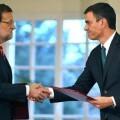 Rajoy y Sánchez sellan en un saludo la firma del acuerdo. (Foto-Moncloa)