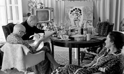 Roberto Otero, Pablo Picasso y William Hartmann, observados por Jacqueline.