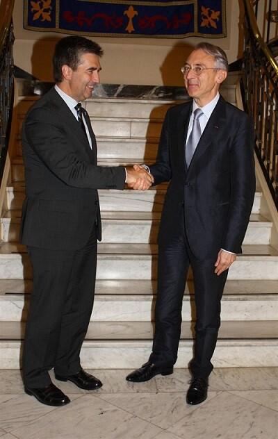 Saludo oficial tras el sello del acuerdo. (Foto-Ministerio)