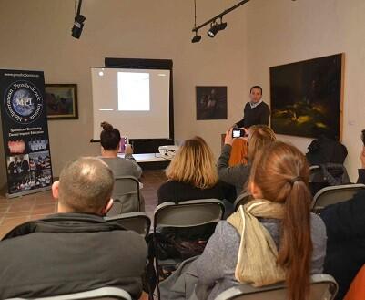 Sesión en las salas del museo con la intervención del Dr. Fernando Rojas.