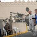 Soldados yemeníes saludan a miembros de la embaja norteamericana en una foto de 2008. (Foto-AP)