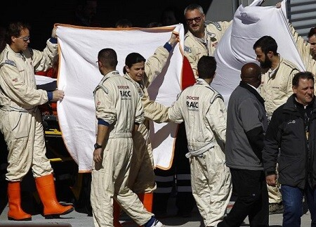Traslado de Alonso al hospital tras el accidente. (Foto-AP)