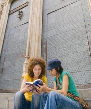Turistas consultado una guía de viajes en Valencia.