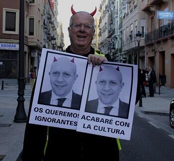 Un demonio atenaza la cultura para este diablillo. (Foto-Valencia Noticias)