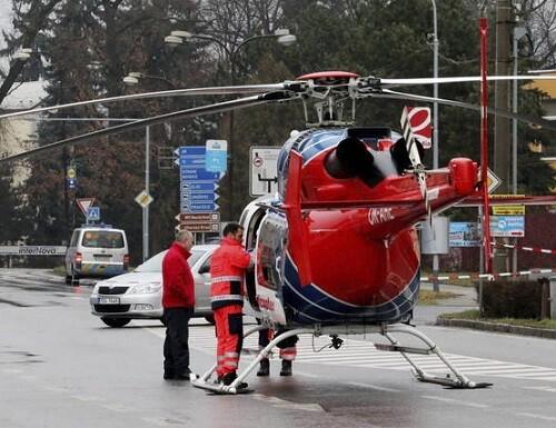 Un helicóptero llega a la zona donde se produjo el tiroteo en la ciudad checa de Uhersky. (Foto-Agencias)