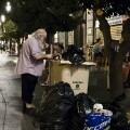 Un hombre come restos de comida encontrados en un contenedor residual. (Foto-Agencias)