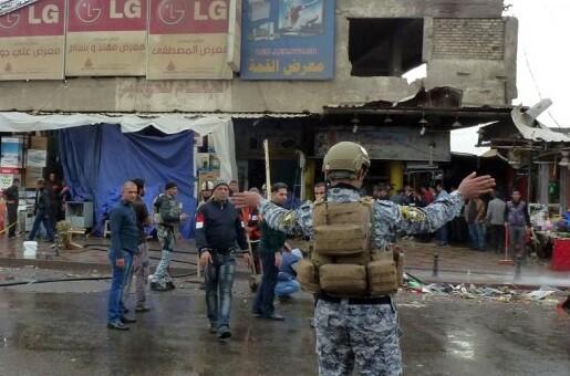 Un soldado custodia la zona donde se realizó la explosión. (Foto-AFP)